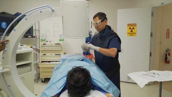 纽约现代痛证医疗中心李汉植医师在手术中。(图/大纪元)