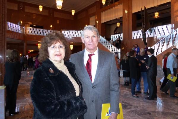报税公司老板Donna Rodgers女士和Walter Joyner先生于2016年1月24日下午在美国拉斯维加斯的史密斯艺术中心(The Smith Center)观看了神韵演出。(史迪/大纪元)