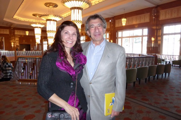 Howard Siegel与未婚妻Galina Rollans于2016年1月24日下午,在美国拉斯维加斯的史密斯艺术中心(Smith Center)观看神韵演出。(史迪/大纪元)