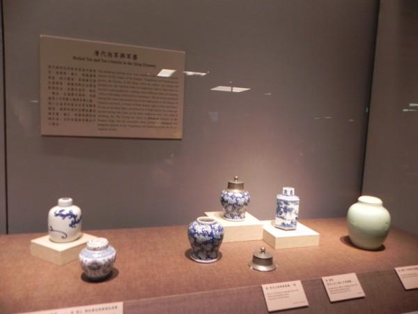 """在故宫南院博物馆2楼茶文化展厅展出的""""芳茗远播—亚洲茶文化展""""的清代茶器。(蔡上海/大纪元)"""