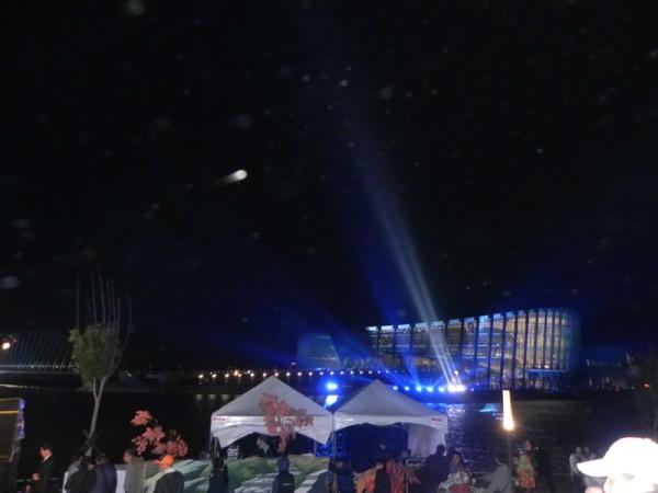 开馆前一天的主馆点灯,结合建筑主体与户外景致,故宫南院在夜晚的星空下,远看仿佛是嘉南平原上的一颗珍贵的夜光明珠,耀眼绽放光芒,令人惊艳。(蔡上海/大纪元)
