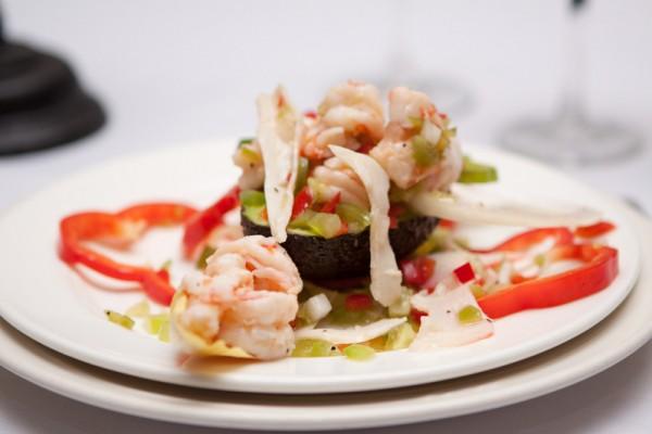 配有牛油果和虾的开胃菜(Avocado and shrimp appetizer),味道特别鲜美。(大纪元图片)