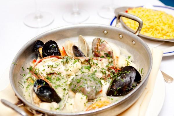 特色菜Mariscada Salsa Verde是用番茄和椰汁调味的海鲜,配上带有欧洲风味的芹菜酱汁和西班牙著名的塔巴斯科辣椒酱(Tabasco酱),味道多样,令人食欲大增。(大纪元图片)