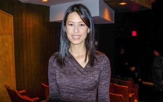 温哥华安可音乐教室(Bravo Music)创办人王俐颖校长(Li Yin Leanne Wang Ho)观看了神韵世界艺术团在温哥华的最后一场演出。(陈怡然/大纪元)