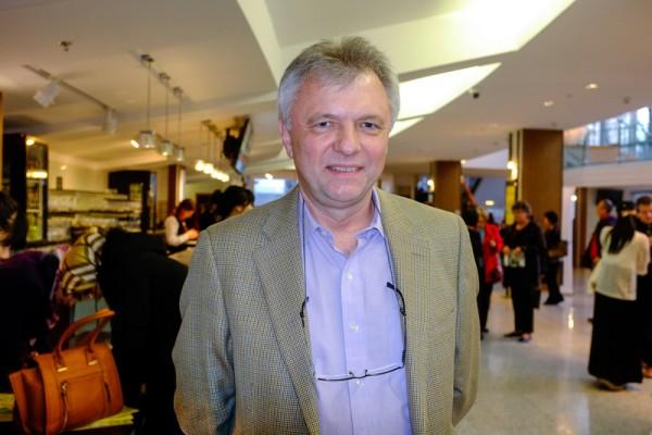 建筑师Michael Skolik在温哥华女皇剧院观看了神韵世界艺术团的最后一场演出。(陈怡然/大纪元)