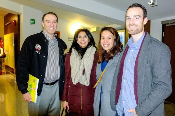 2016年1月24日下午,退休飞行员Lyn Hole先生(左一)携家人一起观看了神韵世界艺术团在加拿大温哥华伊丽莎白女皇剧院的演出。(陈怡然/大纪元)