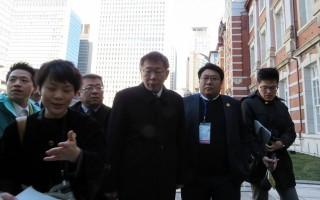 台北市長柯文哲(右3)率團訪日第2天行程,25日上午到東京車站參訪後,回應媒體,美國、日本是台灣最重要的盟邦。(中央社/提供)