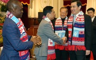 總統馬英九(前右)25日接見「2016年世界自由日慶祝大會暨世盟中華民國總會第59次會員代表大會」與會貴賓時表示,追求自由民主是中華民國立國目標。(中央社/提供)