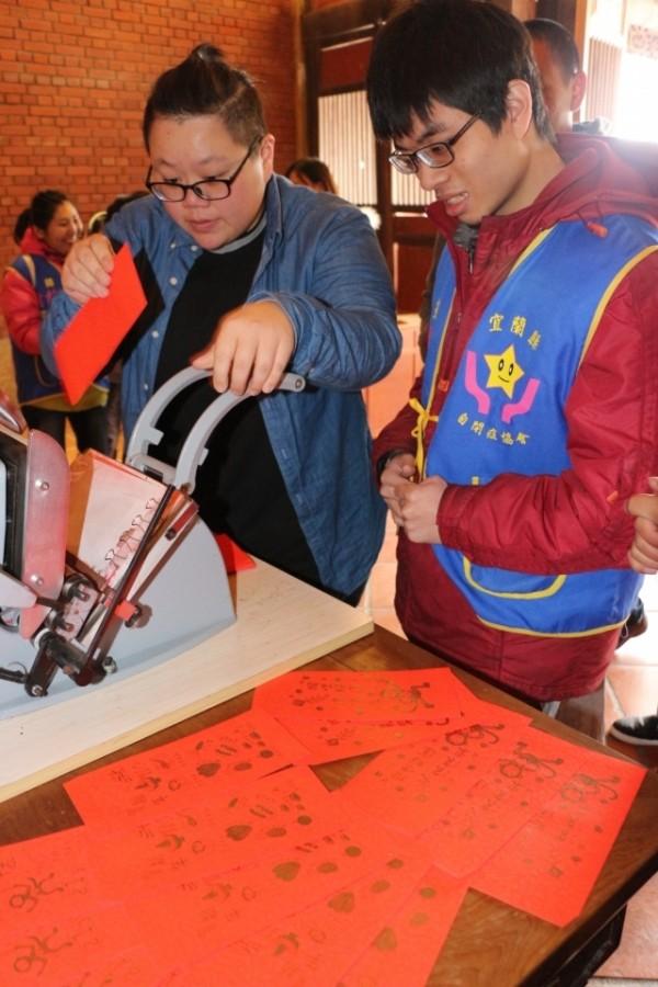 宜蘭傳藝中心推出三款猴年限定「圓盤印刷」紅包袋,每日350份免費提供民眾體驗。(傳藝中心提供)