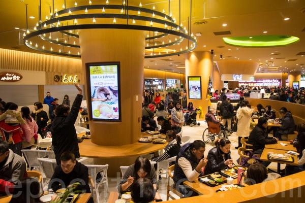 """主打日系的""""MITSUI OUTLET PARK 林口""""将于27日开幕,共引进220家品牌、16家首度进驻台湾的美食,首年营收目标为60亿元。(陈柏州/大纪元)"""