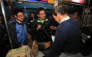市长林佳龙(左2)与社会局长吕建德(左1)在寒流来袭夜晚,探视关怀街友。(台中市政府提供)