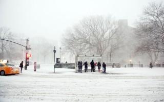 冬季仍未過去。圖為去年暴風期間紐約市一處公交站。(Astrid Riecken/Getty Images)