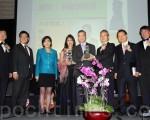 杨信(左五)获美西华人协会第二届杰出领导奖。(徐绣惠/大纪元)
