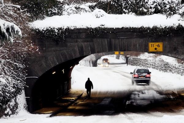 周末的风雪给交通带来了很大影响。(Alex Trautwig/Getty Images)