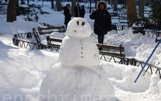 哥伦布公园的雪人。(蔡溶/大纪元)
