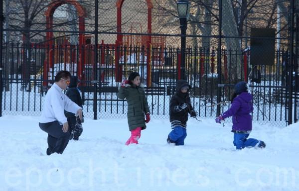 有一名老人在冰天雪地裡,自得其樂的打太極,上身穿著單衣,氣定神閑,而孩子們則繞著他玩耍。(蔡溶/大紀元)
