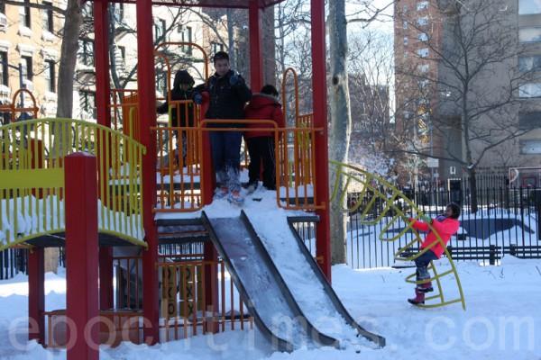 大雪為孩子們帶來了新的樂趣。(蔡溶/大紀元)