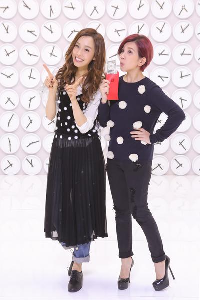 范范(左)新歌《最好的安排》MV画面,与梁静茹诠释好姊妹的情谊。(福茂唱片提供)