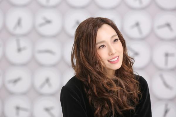 范范(左)新歌《最好的安排》MV画面。(福茂唱片提供)