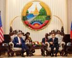 2016年1月25日,美国国务卿克里(左)与老挝总理通邢·塔马冯在老挝首都万象的总理办公室举行会议。克里是60年来第三位访问共产老挝的美国国务卿。(FABRICE COFFRINI/AFP/Getty Images)
