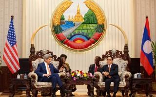 2016年1月25日,美國國務卿克里(左)與老撾總理通邢·塔馬馮在老撾首都萬象的總理辦公室舉行會議。克里是60年來第三位訪問共產老撾的美國國務卿。(FABRICE COFFRINI/AFP/Getty Images)