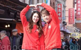 翁立友(右)与谢金晶于2016年1月26日在台北携手逛年货大街与拜月老。(黄宗茂/大纪元)