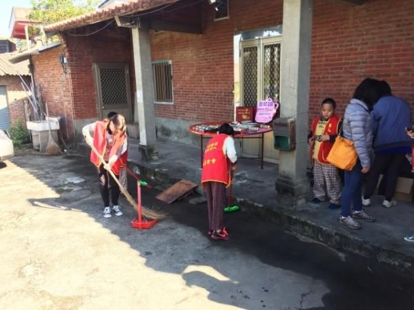 志工帮忙清洁打扫环境。(华山基金会提供)