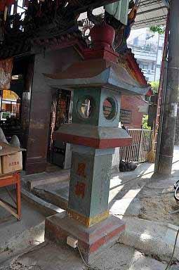 昔日丰原神社的狛犬及御神灯,如今守护着大街尾福德祠。 (图片提供:tony)