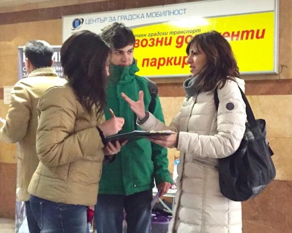 保加利亚首都部分法轮功学员在市中心地铁口讲真相征签声援海内民众诉江,不少民众签名参与联署举报江泽民(明慧网)