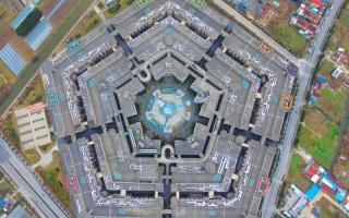上海模仿美國國防部總部——五角大樓修建的一座商城,無人光顧,成為中國最大「鬼城」。(Getty Image)