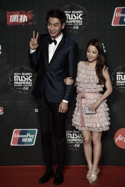 2015年12月2日,李光洙(左)与朴宝英和李正熙出席MAMA亚洲音乐奖颁奖礼。(PHILIPPE LOPEZ/AFP/Getty Images)