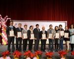 高雄市政府祕書長楊明州(左5)、社會局長姚雨靜(右1)與感恩單位合影。(高市社會局提供)