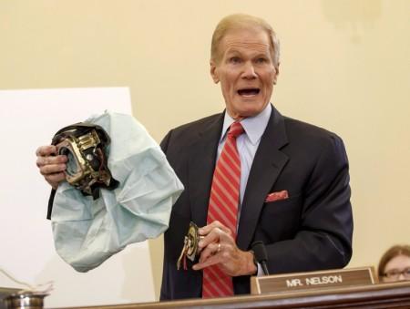 美国参议院议员Bill Nelson在听证会上展示有问题的高田安全气囊。(加通社)