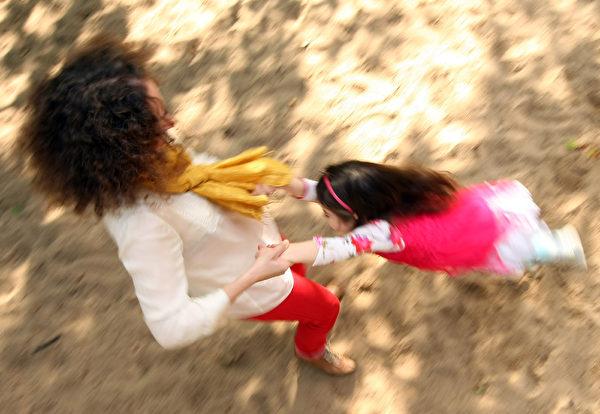 他們與孩子建立了很好的關係。(Adam Berry/Getty Images)