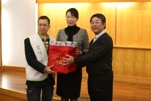 独老志工队代表(左)接受福袋,将大家的爱心亲自送到每位长者家中。(者曾汉/大纪元)