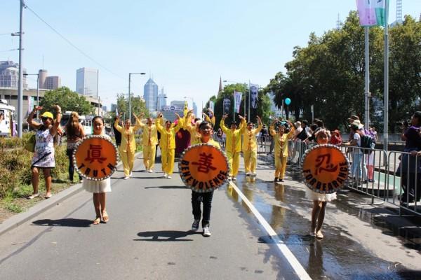 2016年1月26日,澳大利亞墨爾本50多個團體參加國慶盛大遊行,法輪功隊伍備受關注。(王宇成/大紀元)