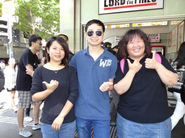 來自台灣的Lynn(右一)和他的朋友稱讚墨爾本國慶大遊行,鼓勵大陸同胞積極追求民主自由。(王宇成/大紀元)