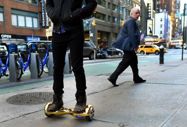 纽约街头的Hoverboard。(TIMOTHY A. CLARY/AFP/Getty Images)