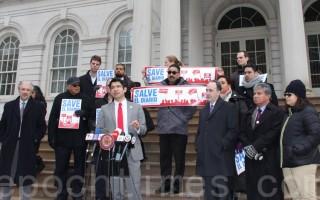 少數族裔媒體聽證會前,部分媒體代表在市政廳臺階集會。發言者為市議會移民事務委員會主席萬齊家。(蔡溶/大紀元)