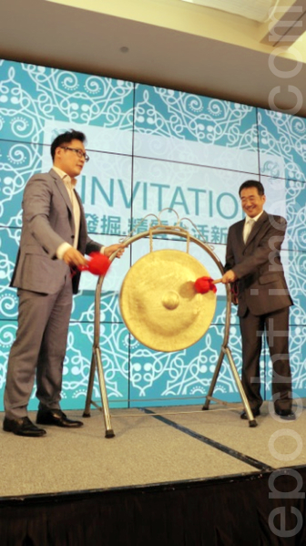 CBRE執行董事葉洋(左) 與《大紀元時報》副社長周明訓,開鑼揭開茶會序幕。(莊宜真/大紀元)