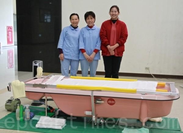 「到宅沐浴車」是由護理師、照顧服務員及社工所組成的專業團隊。(許享富 /大紀元)