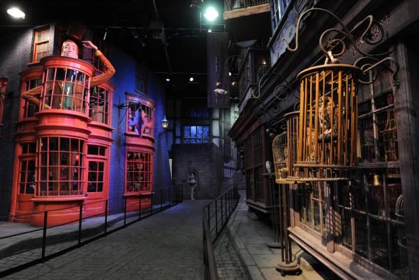 """佛罗里达环球影城乐园内的哈利波特魔法世界主题乐园新建的""""斜角巷""""。(CARL COURT/AFP/Getty Images)"""