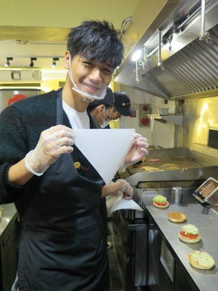 蔡旻佑完成粉絲的約會條件,親手做的美式漢堡。(一起娛樂提供)