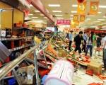 學者認為,中國人因長期接受洗腦教育,導致一遇到與被灌輸的「認知」不符的事件,就會產生集體意識失控。圖為大陸百貨公司,日本品牌的專櫃遭砸毀。(GettyImages)