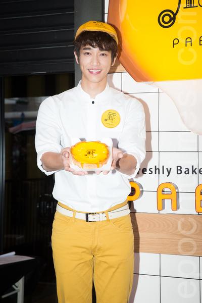 艺人刘以豪1月29日在台北担任日本甜点一日店长,与粉丝提前过情人节。(陈柏州/大纪元)