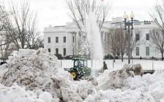 暴风雪过后,白宫前积雪如山。 (Nicholas Kamm/AFP/Getty Images)