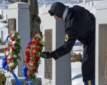 三十年前,1986年1月28日,美国挑战者号太空梭在佛罗里达州肯尼迪航天中心发射73秒后在空中爆炸,全球数百万观看电视现场直播的观众,目睹这场悲剧。图为2016年1月28日悼念会,一名美军仪仗队队员在阿灵顿国家公墓调整怀念挑战者号宇航员的花圈。(PAUL J. RICHARDS/AFP/Getty Images)