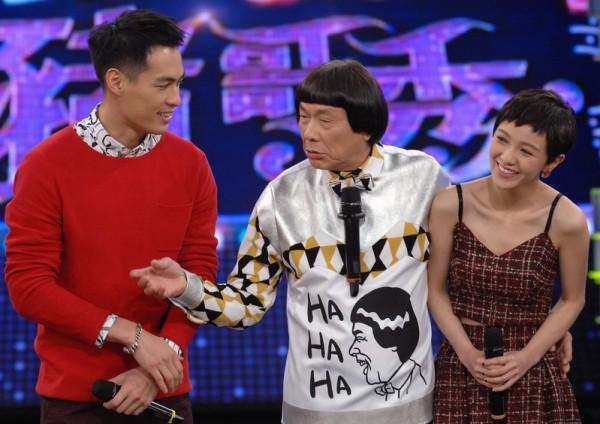 杨祐宁、郭采洁为了电影《大尾鲈鳗2》合体上猪哥亮《华视天王猪哥秀》宣传。(华视提供)