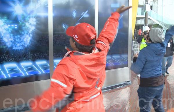 超級碗城市球迷能量區裡的光電遊戲吸引遊客一試身手。(林驍然/大紀元)