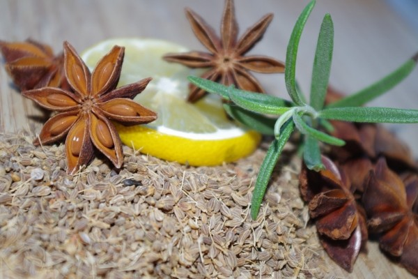 大料、迷迭香、檸檬,這些有益身心的天然食材,可用最簡單的方法製成空氣清新劑!(pixabay)